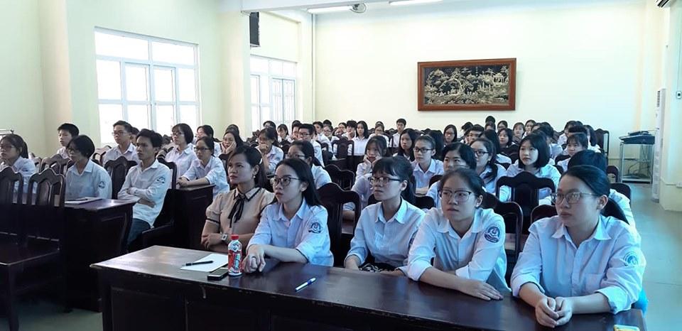 Học sinh THPT Chuyên Thái Bình chăm chú theo dõi video.