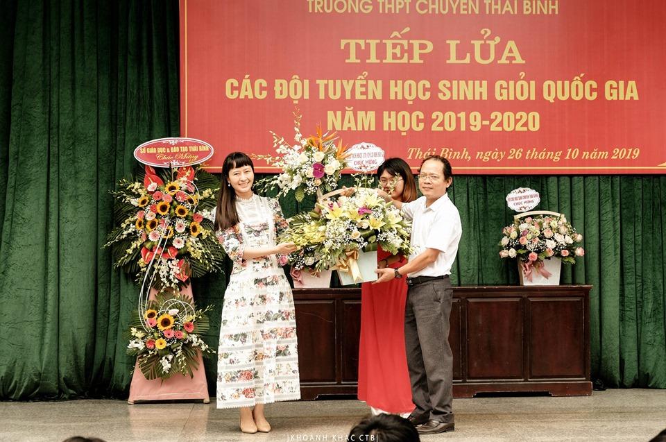 Bà Nguyễn Y Nhung tặng hoa chúc mừng Nhà trường.